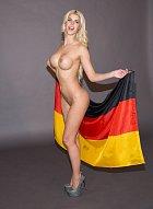 Micaela Schaeferová hrdě pózuje s německou vlajkou...