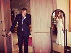 Otec vidí poprvé svou dceru ve svatebních šatech.