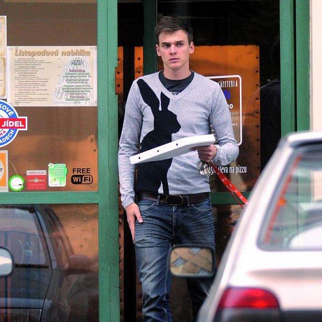 Vojta vyšel za celý den pouze pro pizzu a hned se vrátil do tepla kTáně.