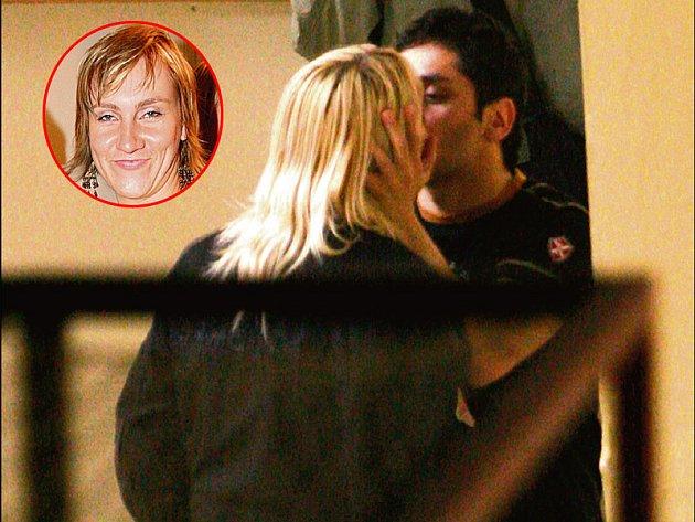 Takhle nějak si Vlasta Horváth představuje pusu na přivítanou. Kdo ví, co na takovou líbačku řekne jeho manželka Markéta?