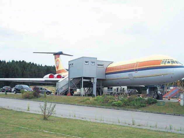 Husákovo letadlo nemůžete při cestě do Rakouska přehlédnout.