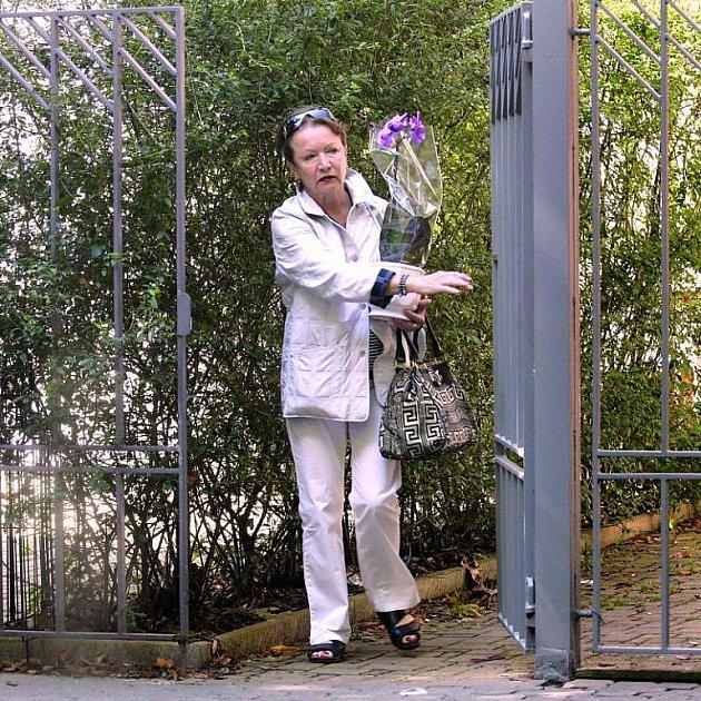 Herečka si vezla na venkov kytky na zahradu.