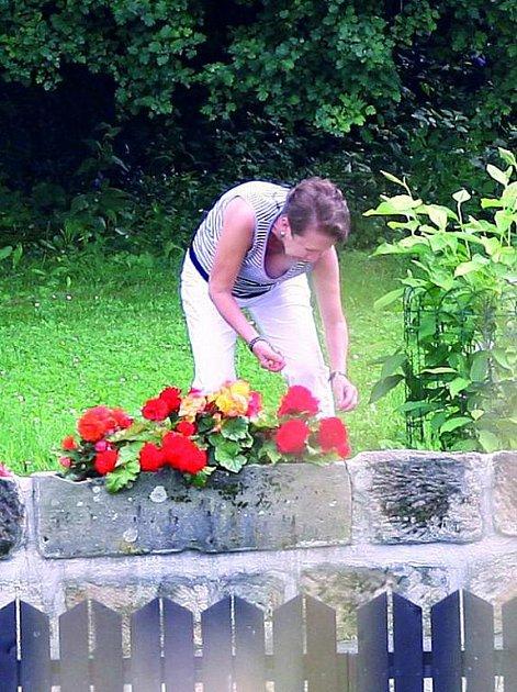 Maciuchová si den zpříjemnila prací na zahradě.