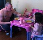 Když chce tvoje dcera čaj, prostě piješ čaj.