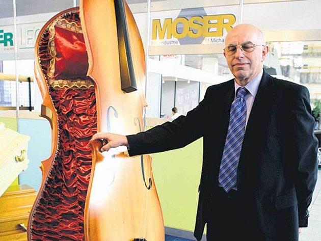 Rakev ve tvaru basy byla vyrobena k výročí narození W. A. Mozarta.