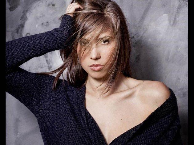 Eva Samková by se neztratila ani jako modelka.