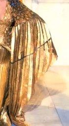 Toto je jeden ze 65 kostýmů, které se ve filmu objevily. Do roku 2012 se jednalo o nejdražší sbírku filmových kostýmů, které kdy kdo oblékal. Samozřejmě to bylo právem. Herečka, která hrála roli panovnice Egypta musela mít to nejlepší. Už tušíte?