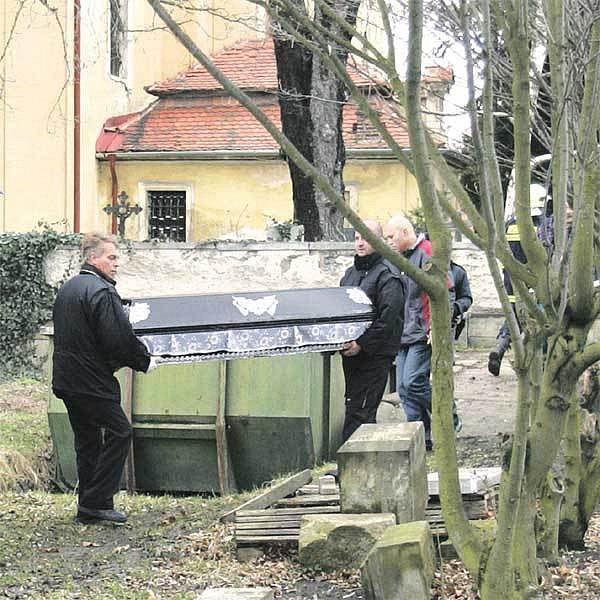 Pohřebáci odnášejí z hřbitova tělo jedenáctileté holčičky Kristýny, kterou zabila větev.
