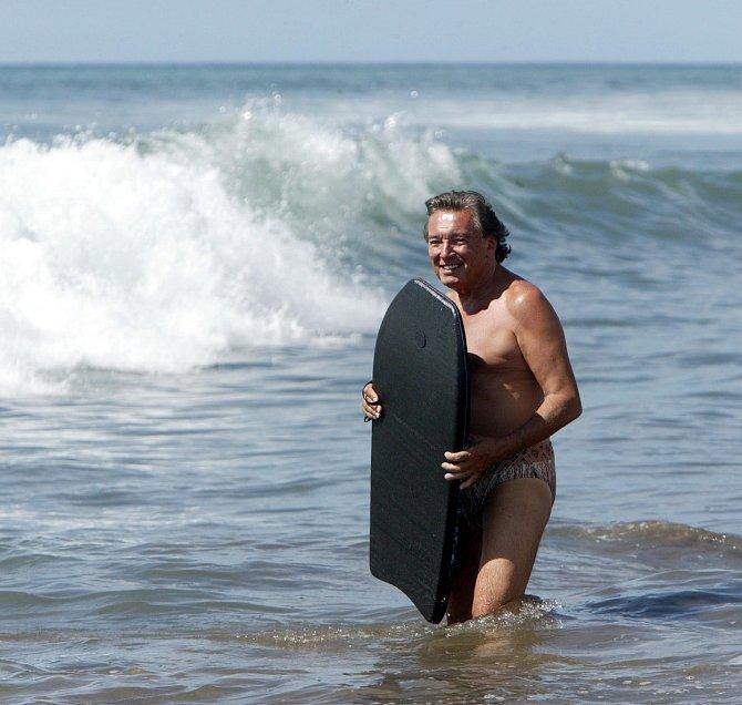 Na dovolené si rád zaskotačil v mořských vlnách.