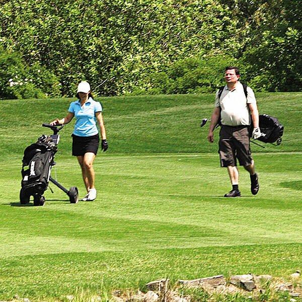 Vondra s půvabnou tmavovláskou si golf užívali.