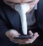 Pokud nemáte ruce, nebo je nemáte volné, můžete telefon ovládat nosem a přitom na něj vidět. Pinocchio by byl za hvězdu.