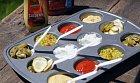 Forma na muffiny lze využít na piknik nebo barbecue na různé omáčky.