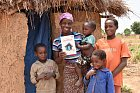 Africká rodina sdarovacím certifikátem. Jeden takový mohou dostat iodvás!