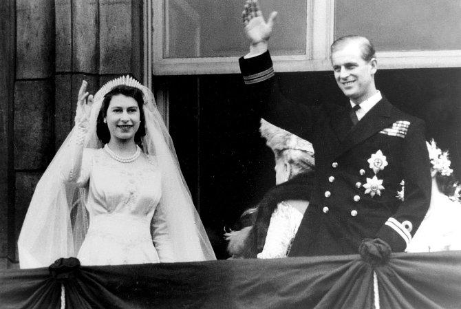 Jejich svatba byla prostá, Alžběta na ni šetřilapomocí přídělových lístků.