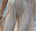 Šaty nalepil neposedný větřík modelce přímo na holý klín.
