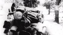 Elsbeth Beard je už na první pohled odvážná žena, kterou doma nic neudrží. Drží si navíc jedno prvenství. Jako první žena objela celý svět na motorce.