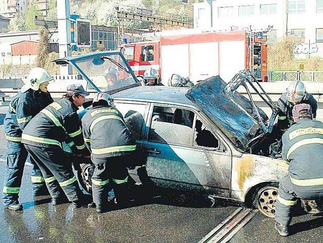 Hasiči uhasili hořící Volkswagen Polo.