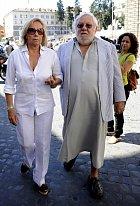 Paolo ve slušivé tunice a s manželkou Maurou v roce 2010.