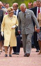 Alžběta se synem Charlesem při nedávném otevírání Walled Garden.