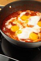 Vejce dodávají jídlu dostatek bílkovin.