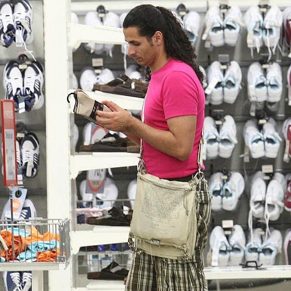 … pak ale raději zamířil do levné konfekce, kde vybral ponožky…