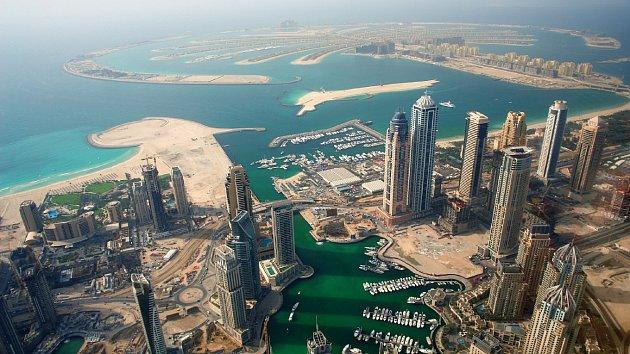 Před nějakými padesáti lety byla obyčejnou rybářskou vesnicí, od objevení ložisek ropy v roce 1966 ale začala Dubaj prudce bohatnout a expandovat.