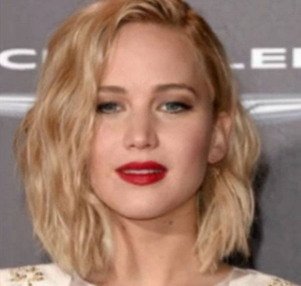 Jennifer Lawrence plus linky plus rudá rtěnka plus make-up rovná se nádhera.