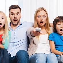 Šokovaná rodina před televizí