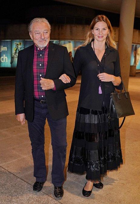 Pravda vyšla najevo v roce 2001, kdy se po boku zbožňovaného Karla začala objevovat Ivana Gottová, tehdy ještě Macháčková. Veřejnosti ji ale nemohla vidět, protože Ivanu v té době u nás skoro nikdo neznal.