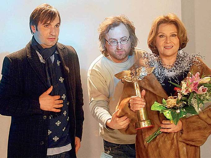 Anděla, kterého si právě odnáší Emília Vášáryová, si Hřebejk půjčil od zpěváka Matěje Rupperta. Vlevo: Jirka Macháček.