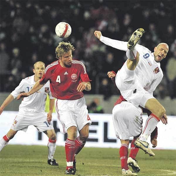 Střelec českého gólu Jan Koller (vpravo) potvrdil, že jeho ne už zrovna mladé nohy jsou ještě pořád ohebné.