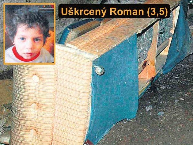 Gauč ve sklepě domu, kde byl mrtvý Románek nalezen.