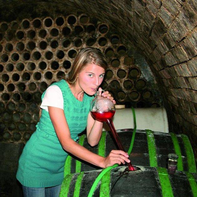 Natáhnout víno do koštýře není jen tak, chce to silné plíce!