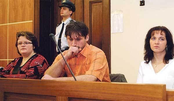 Manželé Čermákovi a Jaroslava Trojanová (v bílém) v soudní síni.