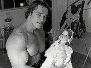 Arnold Schwarzenegger s panenkou při zkoušení role