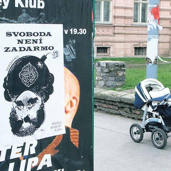 Provokující plakáty s karikaturou Mohameda se objevily na mnoha místech v Brně. Je na nich islámský prorok s nápisem Svoboda není zadarmo.