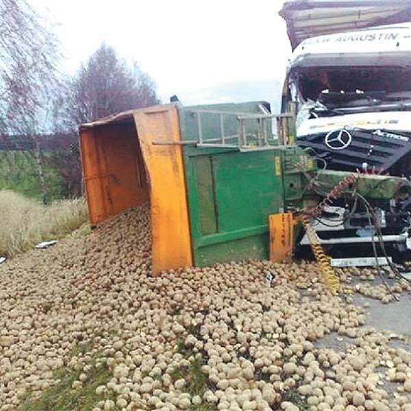 Bramborová halda zatarasila dálnici.