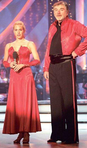 Panáčka na odvahu si herec Vladimír Kratina dal bez své taneční partnerky Laury Klimentové.