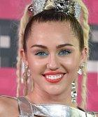 Miley Cyrus je na pódiu velice výrazná