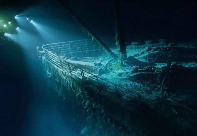 Přední část lodi, která byla roky zabořena v bahně.
