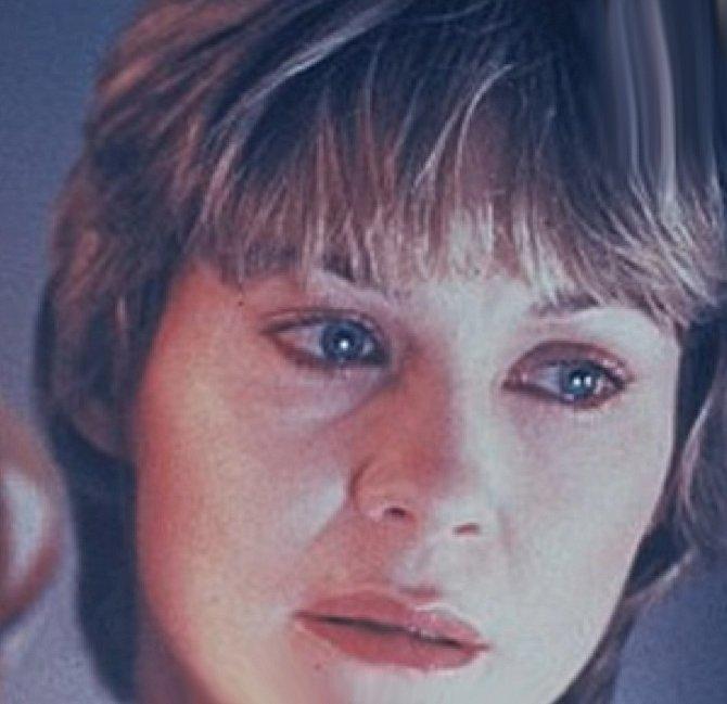 Elliottova matka, která i přes prvotní šok chce E. T.ho zachránit a pro svého syna se obětuje, jak jen to jde. Bojí se o život celé rodiny, ale brzy jí dojde, že musí malého návštěvníka z jiné planety zachránit.