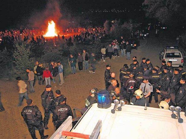 Zhruba 700 paličů čarodějnic se sešlo na nepovolené akci v Horních Počernicích. Zasahovaly tam desítky policistů a hasičů.