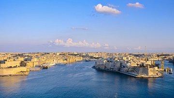 Hlavní město Valletta vybudované na pobřeží Středozemního moře připomíná jednu velkou středověkou pevnost.