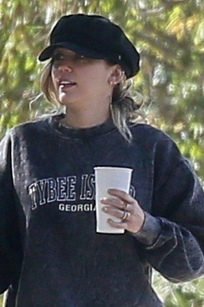 Miley nový šperk moc neschovávala.