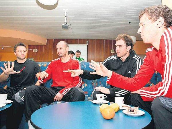 Hraví slávisté. Hubáček, Michal Vorel, Latka a Dosoudil (zleva) si střihají oto, kdo zaplatí kafe.