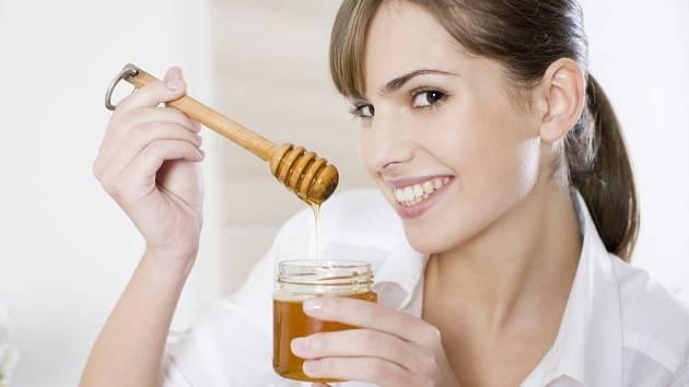 Ne náhodou je med považován za životabudič a elixír mládí. Obsahuje totiž velké množství vitaminů, minerálů a bílkovin.