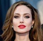 Angelina Jolie je údajně nejkrásnější žena planety. S rudou rtěnkou vypadá jako femme fatale.