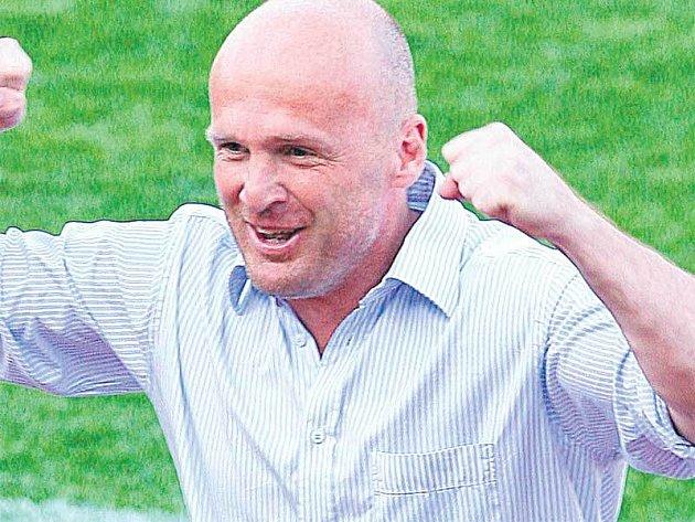 Ve světlé košili získal Bílek domácí pohár a pak i mistrovský titul.