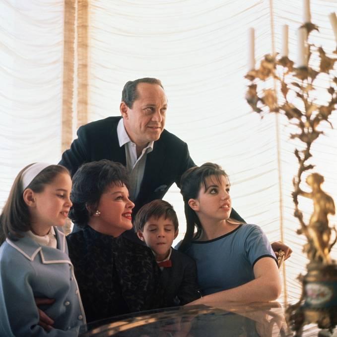 Zleva: dcera Lorna, Judy, třetí manžel Sidney Luft, syn Joey adcera Liza.