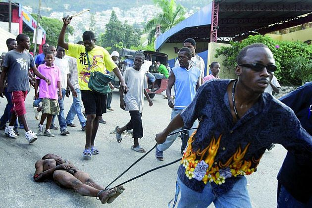 Vláčený muž kradl, tak jej Haiťani zlinčovali.